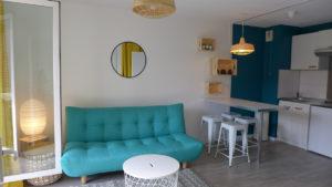 aménagement décoration cuisine ouverte canapé bleu